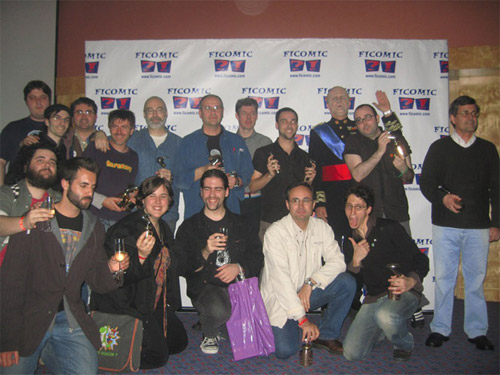 """Esta foto salió en la prensa y todo. Podemos reconocer de ojodepez, de izquierda a derecha (por abajo) a: Luzzo (nuestro """"Quinto Beatle""""), Pablo Muñoz, Rain (cogiendo el trofeo) y Kwyjibo."""