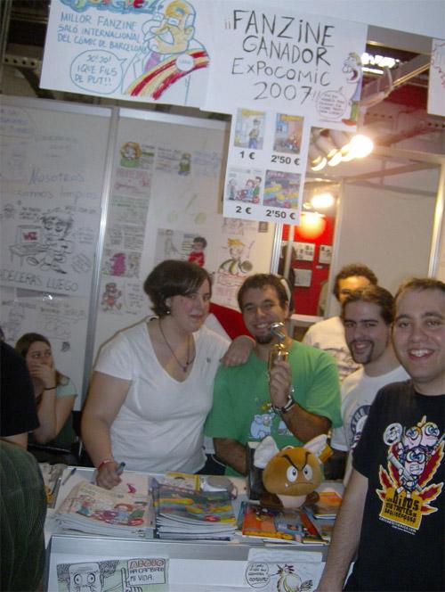 Nuestro 'bonito' stand, con Adobos y Ojodepeces. De izquierda a derecha: Rain, Perrillo (con galardón), Ollupac (de fondo), Kwyjibo y Cartonnetwork..